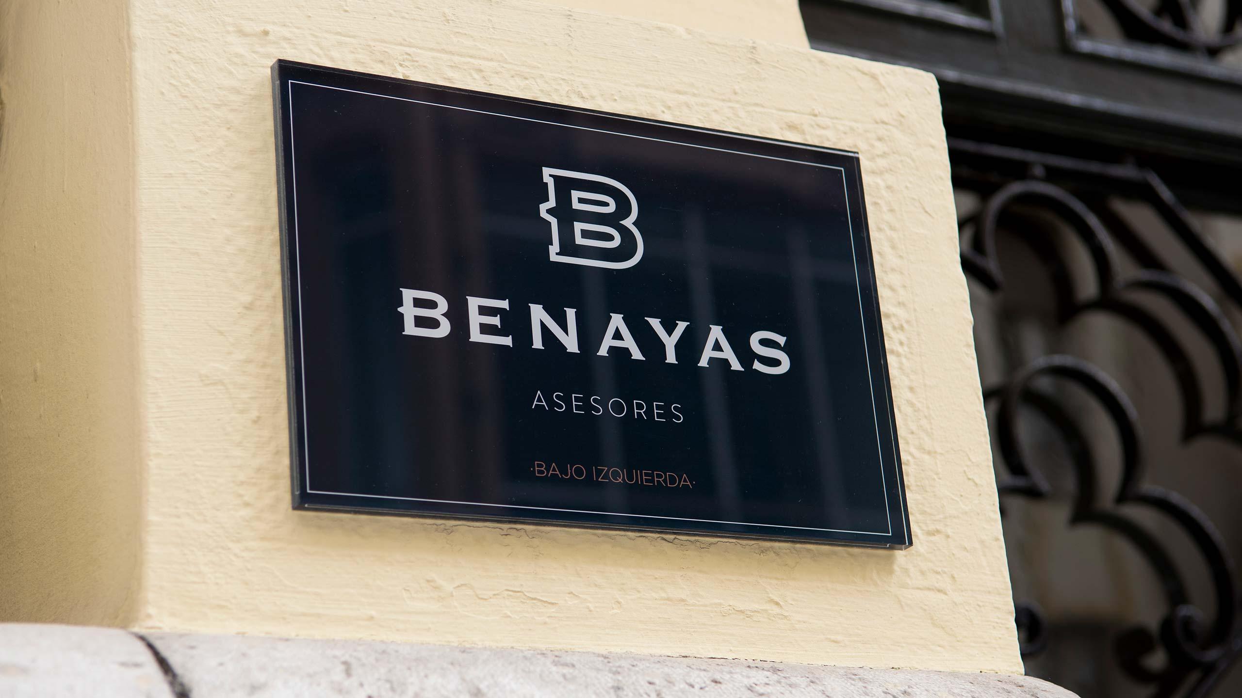 Diseño de rótulo exterior para las oficinas Benayas Asesores Madrid Rediseño